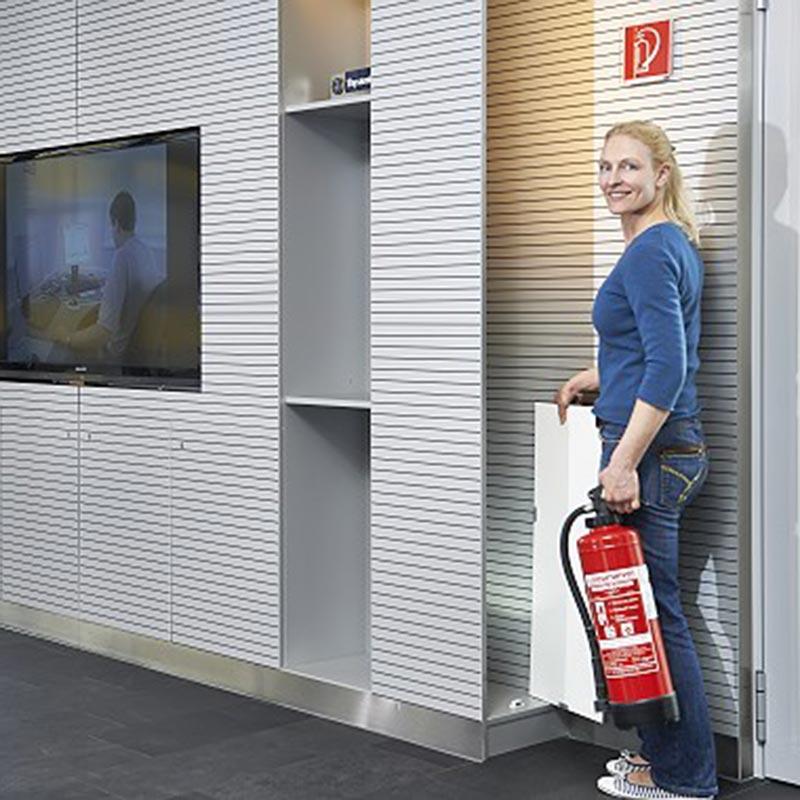 Feuerloescherfrau Brandschutz Brandschutztüren